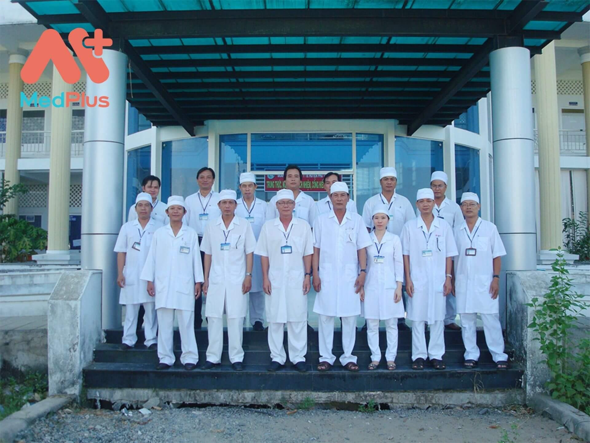 Bác sĩ nhân viên y tế tại Trung tâm y tế khu vực Phú Tân, Cà Mau