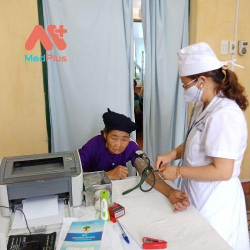 Bác sỹ Trung tâm y tế huyện Bạch Thông đang thăm khám cho nhân dân