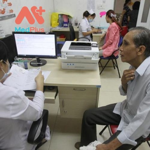 Bệnh nhân được bác sĩ điều trị tại TTYT