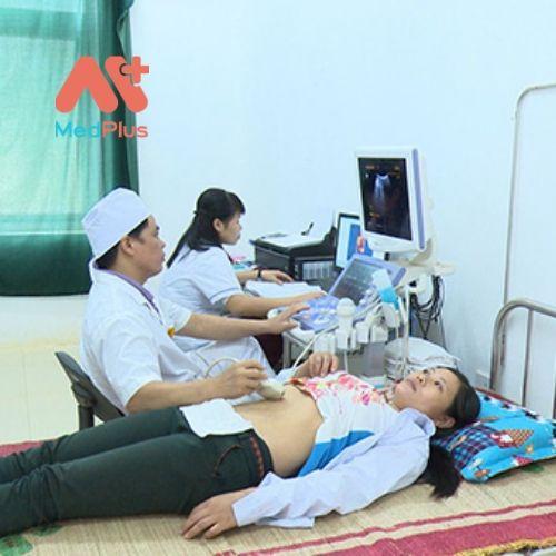Các y, bác sỹ tiến hành siêu âm cho bệnh nhân