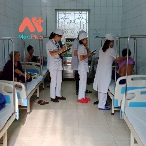 Hình ảnh đi buồng đội thăm khám người bệnh tại khoa Nội tổng hợp và khoa Chăm sóc sức khỏe sinh sản.