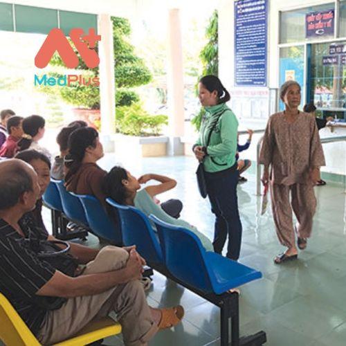 Người dân chờ cấp thuốc BHYT tại TT Y tế huyện Hàm Tân.