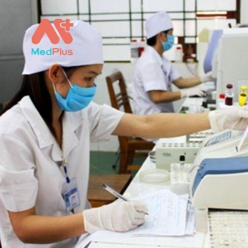 Thực hiện xét nghiệm mẫu bệnh phẩm tại TT Y tế huyện Chợ Đồn